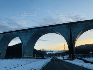 空,建物,橋,雪,屋外,雲,水面,アーチ,水道橋,高架橋,アーチ橋,桁橋,ビームブリッジ,固定リンク,コンクリート橋