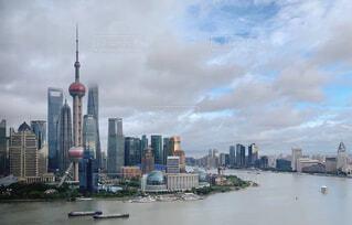 空,建物,屋外,湖,雲,船,川,水面,都市,タワー,都会,高層ビル,バンド,上海,ダウンタウン,スカイライン