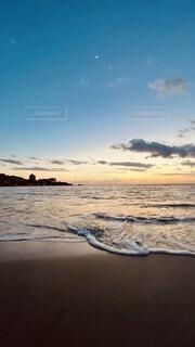 ビーチに沈む夕日の写真・画像素材[4383651]