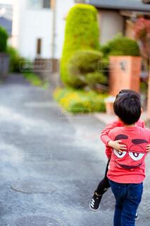転んで泣いている次男を抱っこして帰る長男の写真・画像素材[4346488]