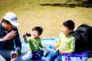 おやつを食べる家族の写真・画像素材[4349687]