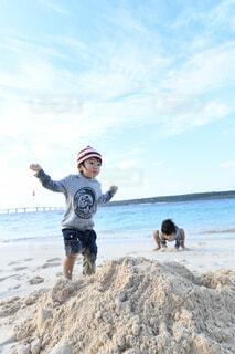 子供と海の写真・画像素材[4369990]