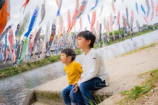 鯉のぼりを見る少年たちの写真・画像素材[4388699]