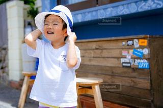 白い麦わらの少年の写真・画像素材[4446365]