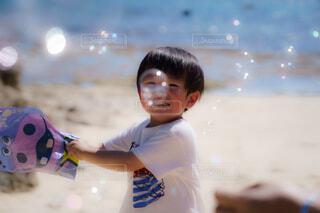 海とシャボン玉の写真・画像素材[4446368]