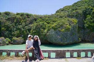 岩と夫婦の写真・画像素材[4463173]