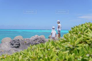 海の近くの岩に立つ少年の写真・画像素材[4467899]