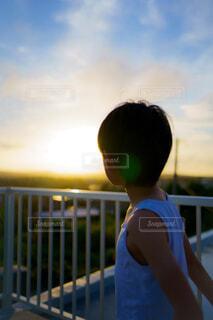 フェンス越しの夕陽の写真・画像素材[4553077]