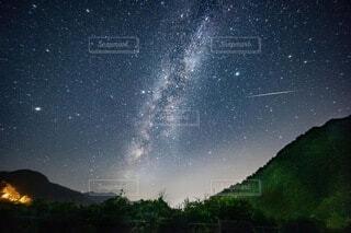 天の川と流星群の写真・画像素材[4754224]