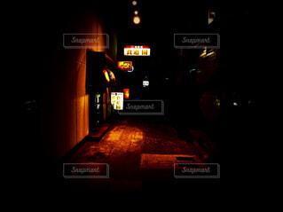 建物,夜,暗い,ライト,お店,暖かい,明るい,通り,街頭,エモい