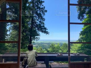 風景,空,緑,窓,山,樹木,人物,人,癒し,パワースポット,風,マイナスイオン,茶屋,眺め,心地良い