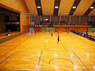 スポーツ,屋内,走る,人物,人,バスケットボール,天井,高校生,青春,試合,仲間,部活,勝負,ハンドボール,スポーツ用品