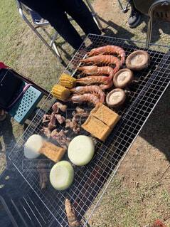 食べ物,果物,グリル,床,人物,人,地面,バーベキュー,野外,エビ,玉ねぎ,椎茸,ファストフード,シュラスコ,イチゴ,バーベキューグリル
