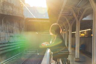 女性,風景,夕日,駅,電車,線路,夕方,人物,人,フレア,明るい,ショートヘアー,待ち人,人間の顔