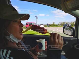 女性,空,アクセサリー,屋外,サングラス,帽子,車,人物,人,車両,陸上車両,チーズ ハットックドライブ 横顔