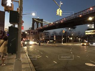 夜,橋,屋外,海外,車,道路,都会,信号,通り,交通,車両,街路灯