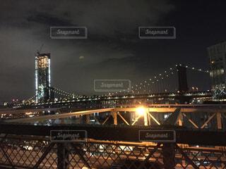 夜にライトアップされた大きな橋の写真・画像素材[4358644]