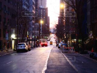 風景,建物,ニューヨーク,屋外,車,道路,朝焼け,高層ビル,NY,明るい,通り,交通,車両,街路灯