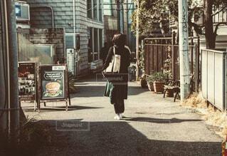 建物の前の通りを歩いている人の写真・画像素材[4419588]