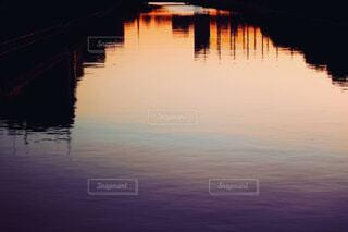 水の体に沈む夕日の写真・画像素材[4419586]