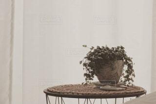 テーブルの上に花の花瓶の写真・画像素材[4469668]
