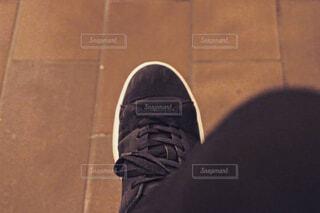 靴の前に立っている男の写真・画像素材[4469679]