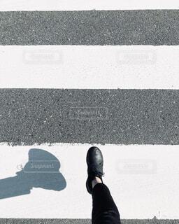 歩道を歩く人の写真・画像素材[4354650]