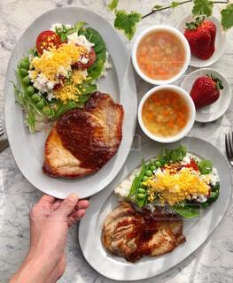 可愛いサラダを盛り付けたワンプレートの写真・画像素材[4355277]