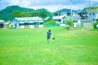 緑の中を走る少年の写真・画像素材[4634777]
