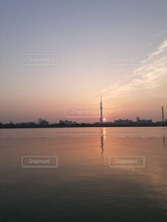 空,湖,ビーチ,雲,水面,日の出,明るい,河からみた東京