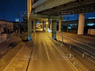 建物,夜,橋,夜景,道路,ライト,オレンジ,グレー,ネイビー,車両,橋の下