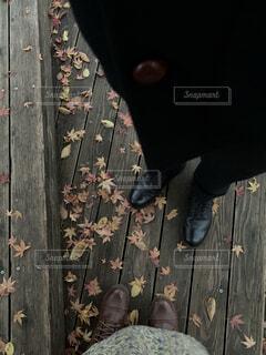 風景,秋,カップル,靴,ジーンズ,落ち葉,人物,人,木目,履物,ズボン