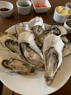 食べ物,動物,テーブル,皿,カップ,貝,魚介類,オイスター,生牡蠣,二枚貝,軟体動物,魚製品,オイスター・ロックフェラー