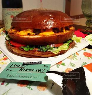 食べ物,屋内,ハンバーガー,トマト,チーズ,レタス,美味しい,巨大,ファストフード,食欲,yummy,肉厚,バースデーディナー,そそる,ケーキハンバーガー,ごろごろお肉