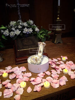 花,夜,屋内,バラ,結婚式,花びら,薔薇,テーブル,キャンドル,教会,憧れ,ガラスの靴,プロポーズ,婚約,ウェディング,ボード,ときめき,マリーミー