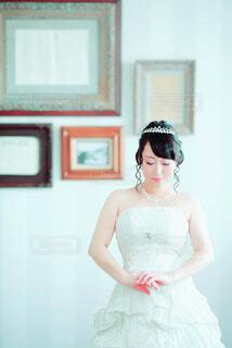 額縁の前でポーズを取る花嫁の写真・画像素材[4370782]