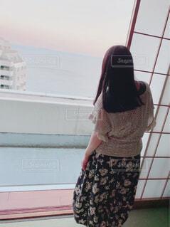 旅館のベランダから海を眺める後ろ姿の女性の写真・画像素材[4370859]