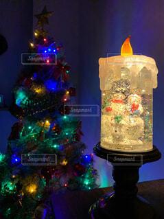 冬,夜,リビング,親子,部屋,ライト,楽しい,イルミネーション,キラキラ,クリスマス,置物,雪だるま,装飾,明るい,お気に入り,飾り,飾りつけ,スノーボウル,クリスマス ツリー,蝋燭型