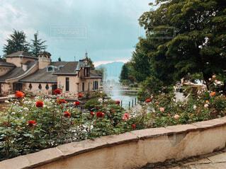 遠くに噴水が見えるガーデンとお城のある景色の写真・画像素材[4376697]