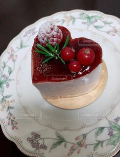 ハートの形をした苺ベリームースケーキの写真・画像素材[4379263]