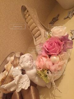 天使の器に入った薔薇のブリザードフラワーの写真・画像素材[4394841]