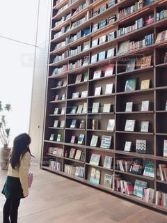 本棚を見上げる少女の写真・画像素材[4380097]