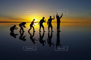 空,屋外,湖,太陽,ビーチ,夕暮れ,水面,シルエット,人物,人,水鏡,塩,遠近法,ウユニ,ウユニ塩湖,進化論,水面鏡