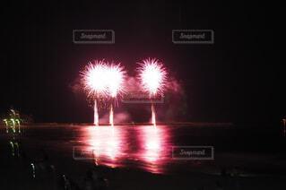 風景,海,夏,屋外,ピンク,ビーチ,花火,海辺,背景,灯り,丸,明かり,夏休み,明るい,風流,景観,打上げ花火