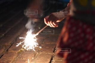 自宅の庭で花火の写真・画像素材[4766896]