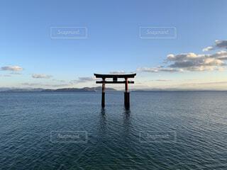 風景,空,屋外,湖,ビーチ,雲,鳥居,水面,夕方,山,桟橋,滋賀,祈願