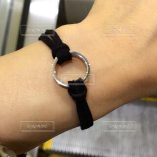 革紐とリングでオリジナルブレスの写真・画像素材[4404188]