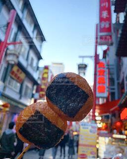 食べ物,スイーツ,空,建物,屋外,和菓子,商店街,デザート,おやつ,都会,お菓子,餅,美味しい,和,通り,丸い,海苔,醤油,和スイーツ