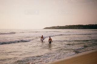 波乗りに向かう2人の写真・画像素材[4362344]