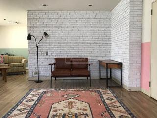 白レンガと赤いカーペットの写真・画像素材[4362355]
